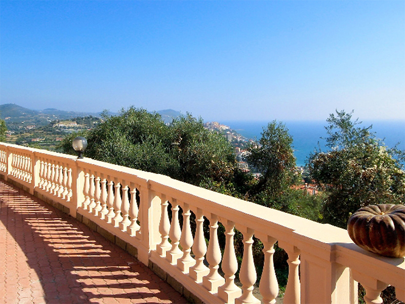 Italian Holiday: Holiday House on the seaside next to the beach in Imperia, Liguria